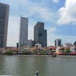 Eine erste Ansicht der Kontraste in der Architektur der Stadt - hier moderne und Kolonialbauten.