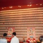 Drinnen gibt es unzählige Buddha-Figuren. Hier die Miniaturausgaben.