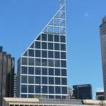 Schwer zu erkennen, aber wo das eigentliche Gebäude aufhört, ist das Logo der Deutschen Bank.