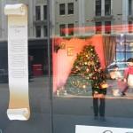 Und so wird hier Weihnachten schon vorab beworben. Aus jedem Schaufenster tönt ein anderes Weihnachtslied.
