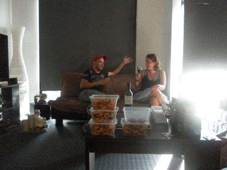 Aman und Maud schaffen es nur, die Keksdosen im Vordergrund zu ignorieren, weil sie schon ganz viele gegessen haben.