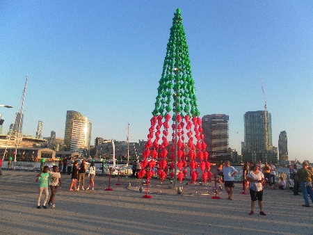 """Dieser """"Weihnachtsbaum"""" in Docklands ist selbst für australische Verhältnisse ungewöhnlich."""