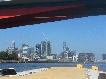 Blick auf Docklands und dahinter den CBD/die Innenstadt.